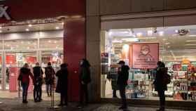 Personas haciendo las compras navideñas en Berlín.