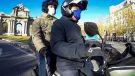 EL ESPAÑOL se monta el alcalde de Madrid, José Luis Martínez-Almeida, en su ya famosa moto.