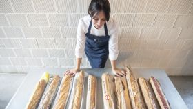 Celia, delante de las 10 barras de pan que va a probar para EL ESPAÑOL.