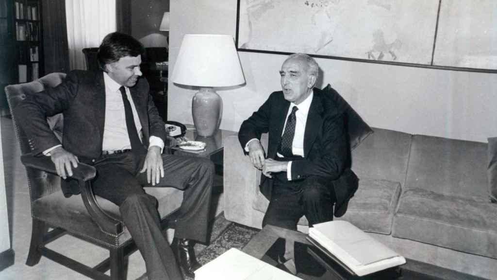 El presidente del Gobierno, Felipe González, recibe a su Defensor del Pueblo, Joaquín Ruiz-Giménez, el 16 de junio de 1983.