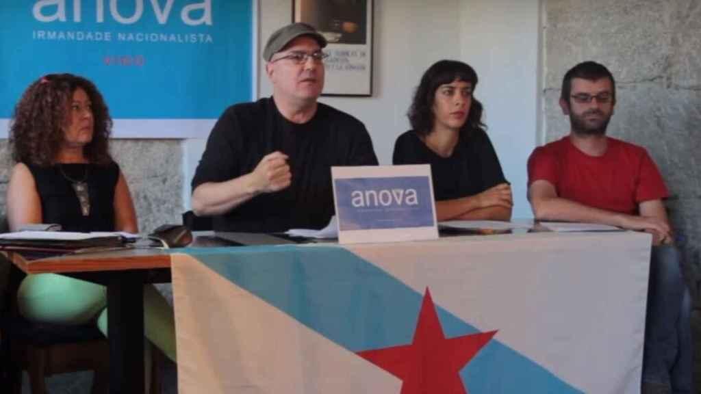 Xosé Cid Cabido (centro), en un acto de Anova.