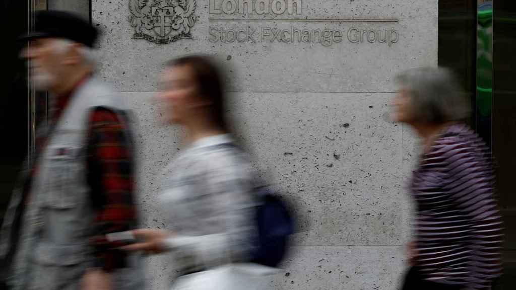 Personas pasan frente a la Bolsa de Londres.