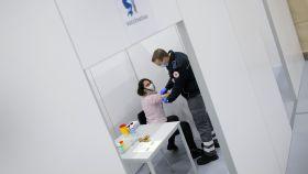 Una voluntaria en la prueba del funcionamiento de la instalación para la vacunación en Hanau.