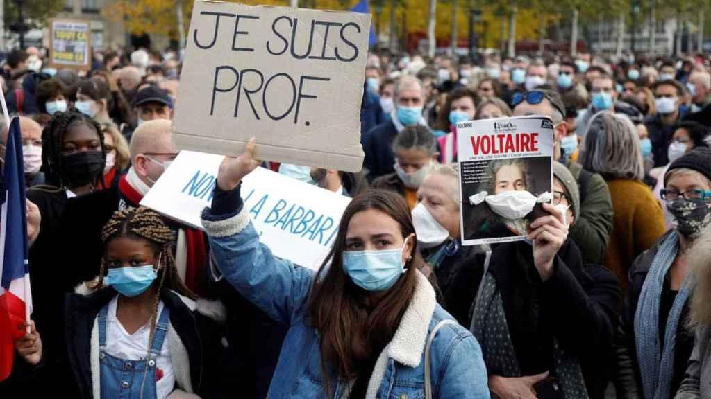 Una mujer sostiene un cartel en el que se puede leer Soy profesora durante una de las manifestaciones celebradas en Francia en repulsa por el asesinato de Samuel Paty.