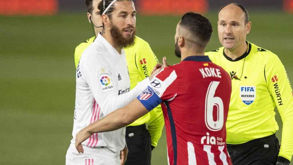 Sergio Ramos y Koke se saludan antes de comenzar el partido