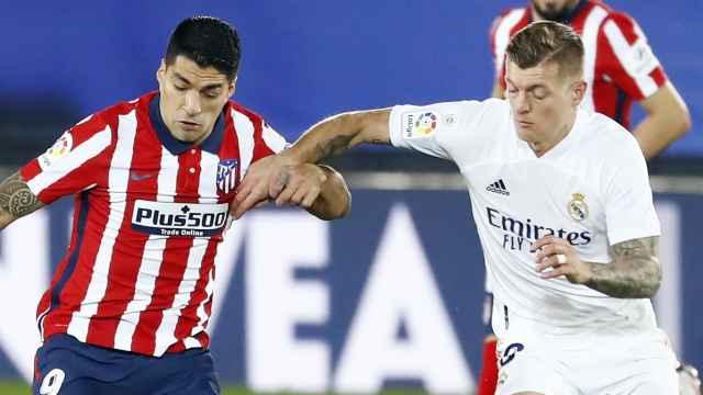 Luis Suárez ante Toni Kroos, durante el Derbi entre Real Madrid y Atlético