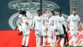 Los jugadores del Real Madrid felicitan a Casemiro por su gol al Atlético