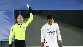 Antonio Mateu Lahoz muestra la tarjeta amarilla a Casemiro