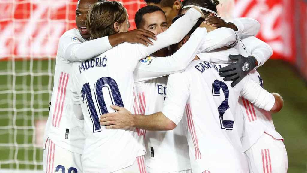 Piña de los jugadores del Real Madrid para celebrar un gol en el Derbi
