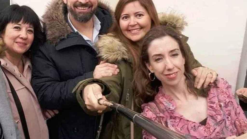 Carmen Gomis, primera a la derecha, junto a Santiago Abascal y otros simpatizantes de Vox.