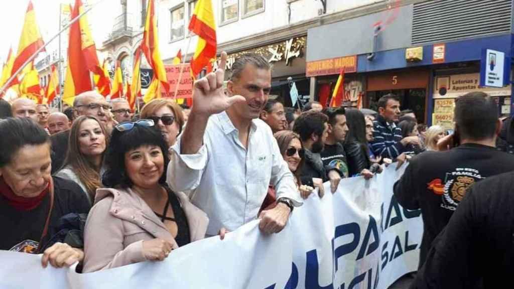 Carmen Gomis, en una manifestación junto a Ortega-Smith.