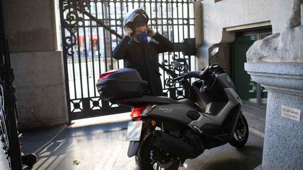 Almeida se prepara para salir con su moto al próximo acto.