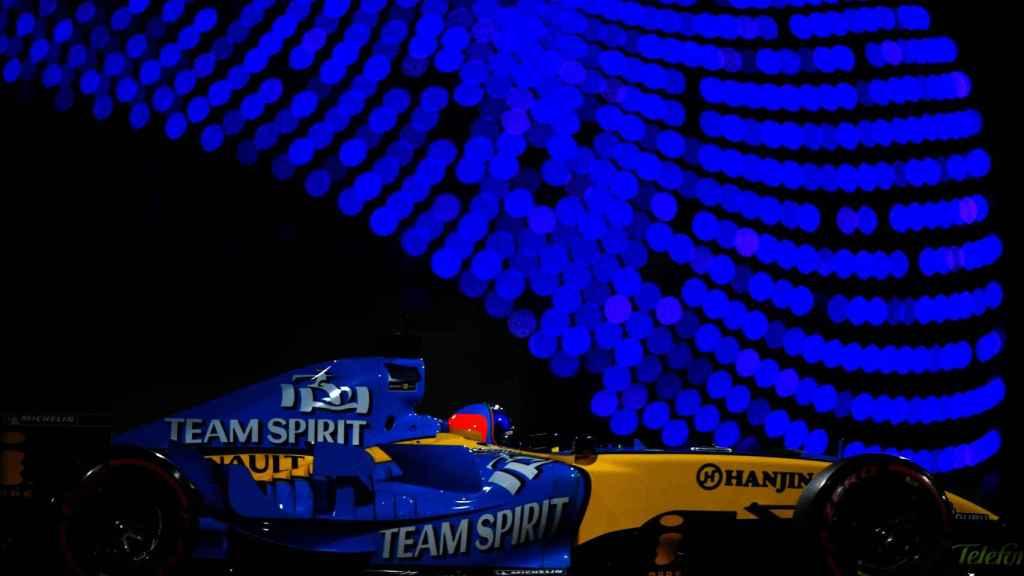Fernando Alonso y su Renault R25 en el circuito de Abu Dhabi