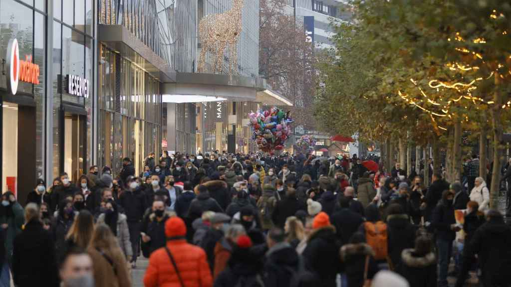 Una calle comercial de Fráncfurt abarrotada este sábado.
