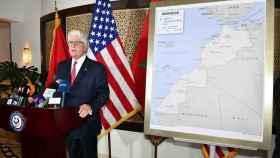 David T. Fischer, embajador de EEUU en Marruecos, con el mapa que ha regalado a Mohamed VI y que incluye el Sáhara.
