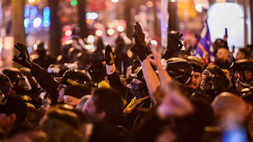 Miembros de grupos de extrema derecha en las calles de Washington.