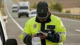 Un Guardia Civil pone una multa.