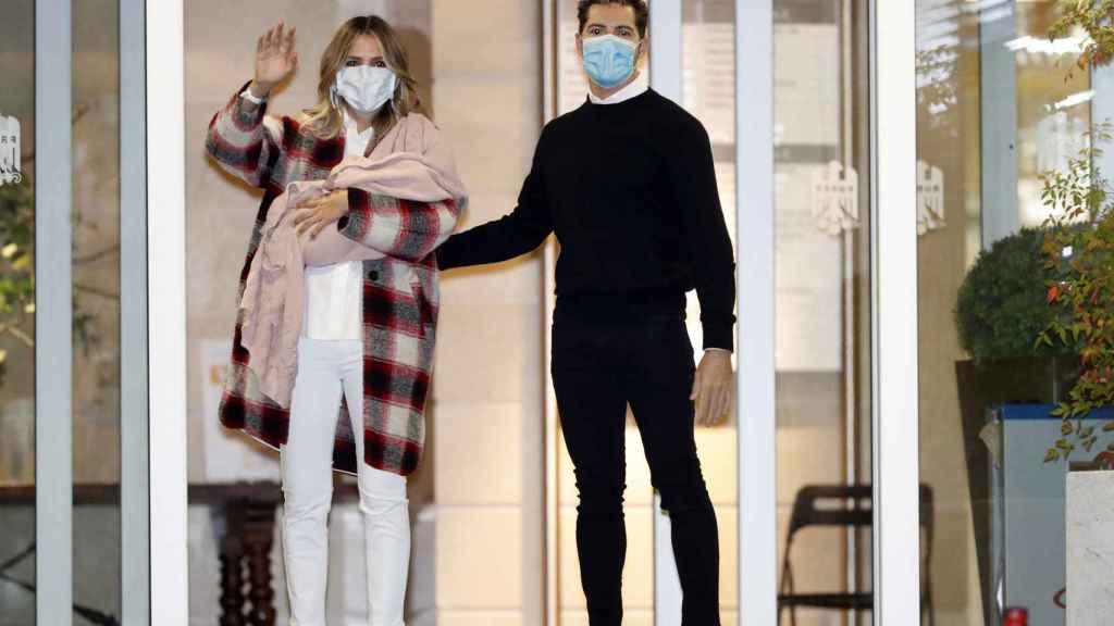 La modelo y el cantante a su salida del hospital el pasado octubre.