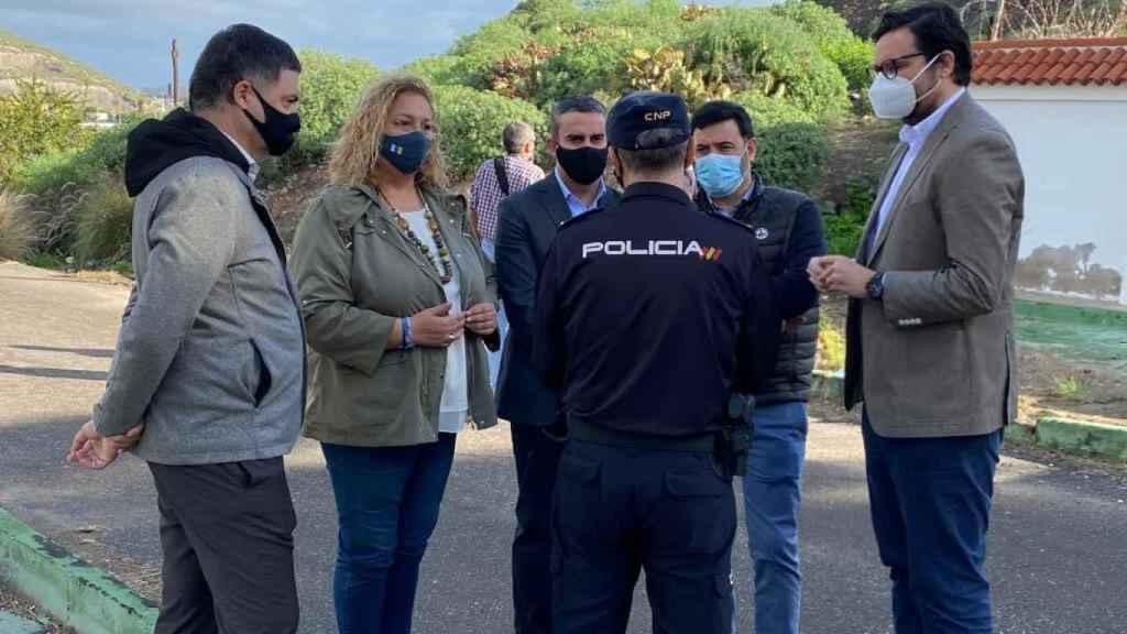 Un policía impide el paso a Carlos Rojas, portavoz de Migraciones en el PP, y a otros parlamentarios, a Barranco Seco.