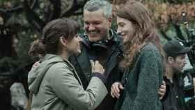 Carlos Montero junto a Inma Cuesta y Bárbara Lennie (Netflix)