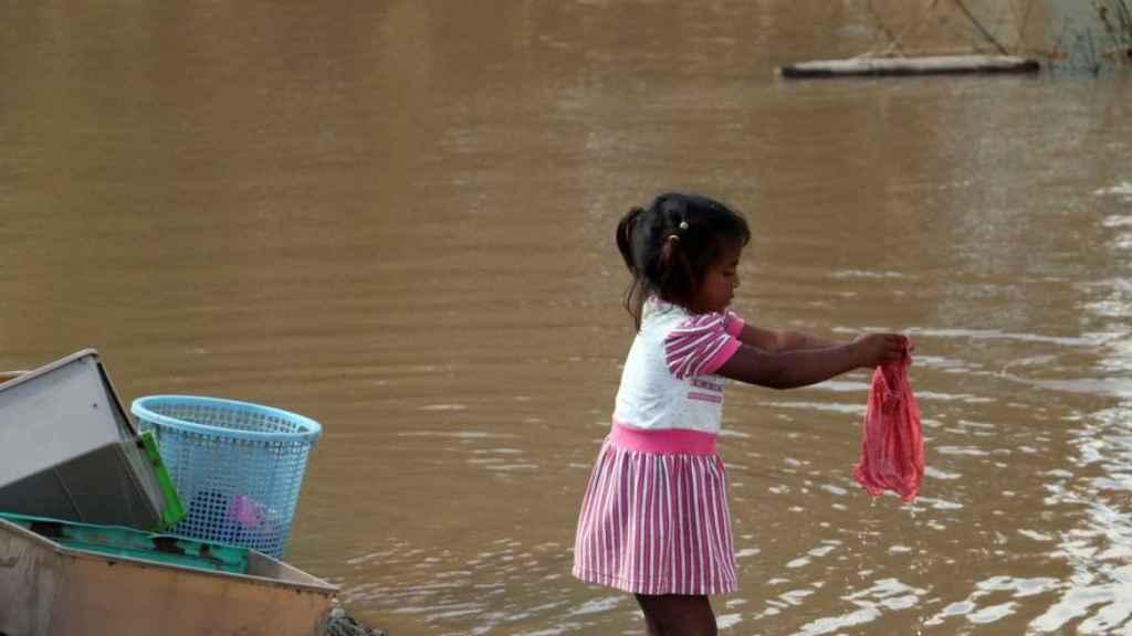 Una niña damnificada por las tormentas tropicales Eta y Iota.