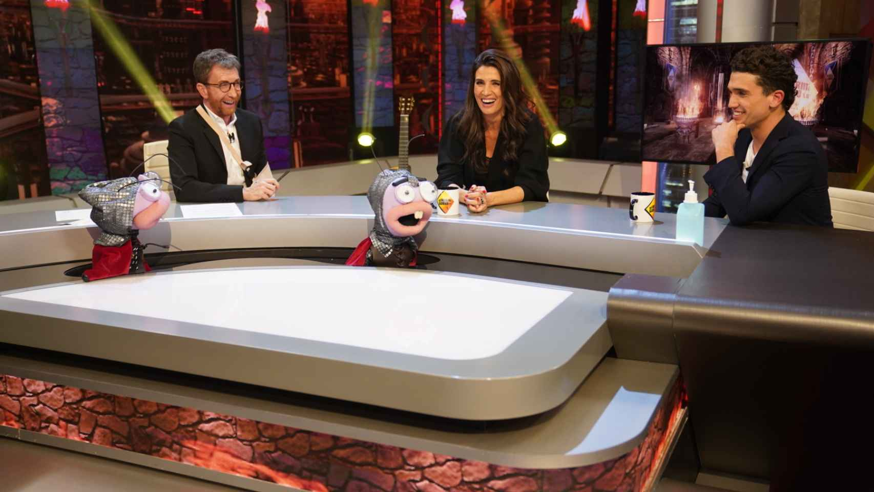 Jaime Lorente y Elia Galera junto a Pablo Motos en 'El Hormiguero'.