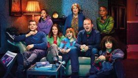 La familia de Years & Years viendo la televisión.