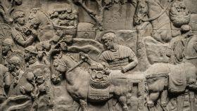 Detalle de la Columna Trajana en la que se representa a soldados romanos cargando animales después de conquistar Dacia en el siglo II.