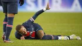 Neymar Jr. tumbado en el suelo del Parque de los Príncipes