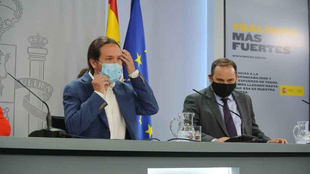 Pablo Iglesias, vicepresidente segundo, y José Luis Ábalos, ministro de Transportes, en la sala de prensa de Moncloa.