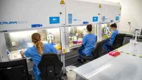 Los técnicos de Global Omnium, en el laboratorio.