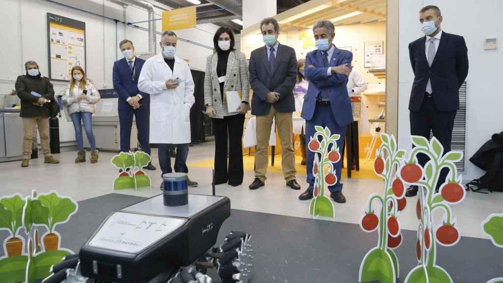 Un empleado de CTC explica a Miguel Ángel Revilla el funcionamiento del robot GreenPatrol, diseñado para controlar plagas de invernadero