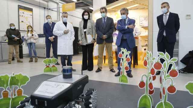 Un empleado de CTC explica a Revilla y Martín, en presencia de Sancristobal, el funcionamiento del robot GreenPatrol, diseñado para controlar plagas de invernadero