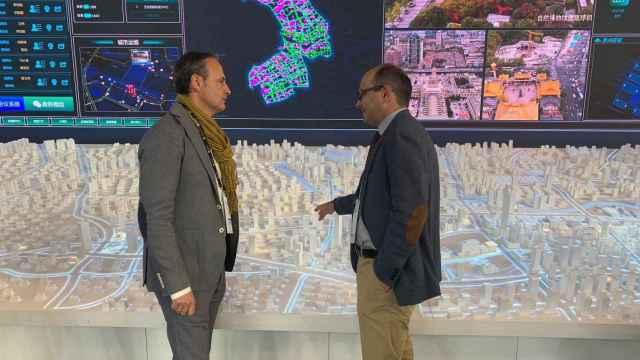 El consejero de Presidencia y Hacienda, Javier Celdrán, y el director general de Estrategia y Transformación Digital, Joaquín Gómez, durante una visita a un centro de tecnologías avanzadas 'smart city'.