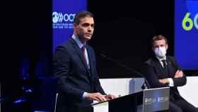 Pedro Sánchez, ante Emmanuel Macron, en el 60º aniversario de la OCDE, en París.