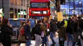Gente caminando por la calle de Oxford Street en Londres.