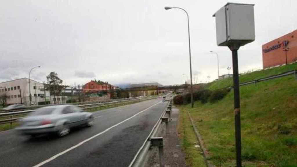 Un radar midiendo la velocidad de los vehículos que circulan.