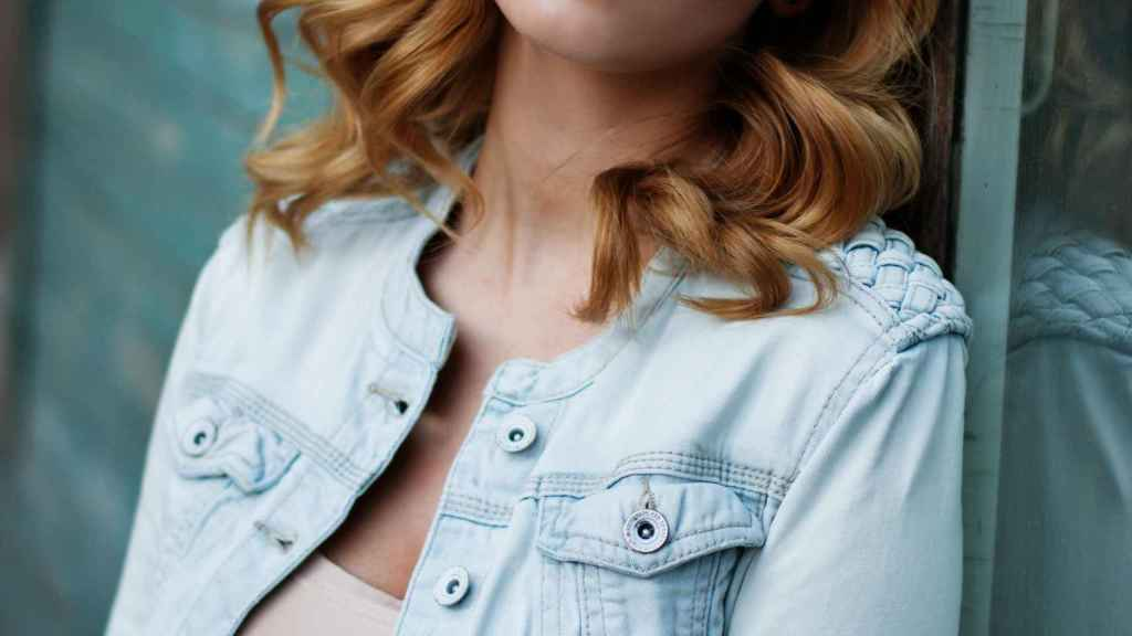 El efecto de ondas en el cabello enmarca el rostro y potencia los rasgos.