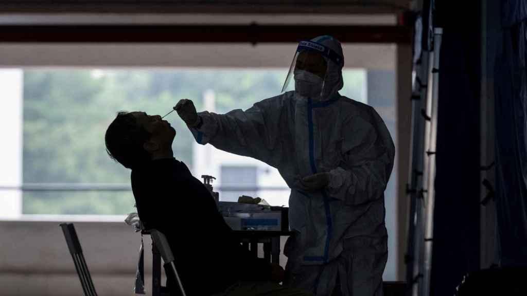 Un sanitario efectúa una prueba de detección del coronavirus.
