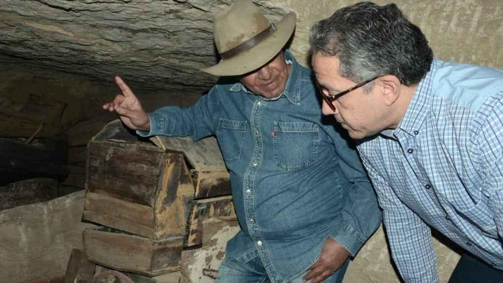 Zahi Hawass y Khaled El-Enany visitando uno de los pozos funerarios.