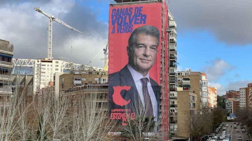 La pancarta gigante de Joan Laporta a pocos metros del Santiago Bernabéu