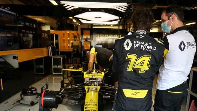 Fernando Alonso tiene una charla con un ingeniero de Renault