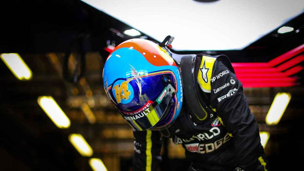 Fernando Alonso sale del Renault RS20