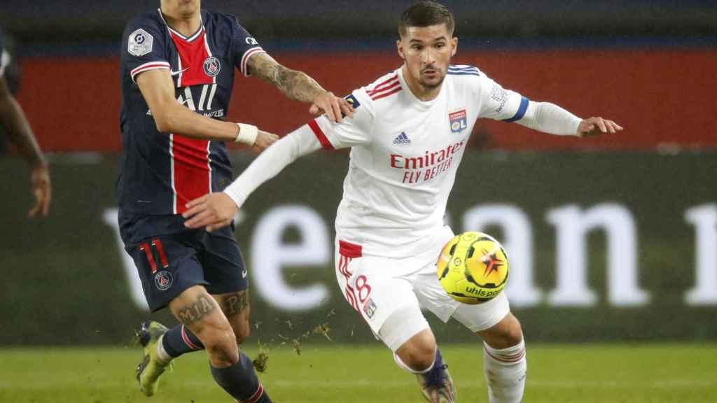 Angel Di María persigue a Houssem Aouar durante un PSG - Olympique de Lyon