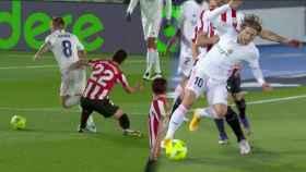 Raúl García expulsado por doble amarilla ante el Real Madrid
