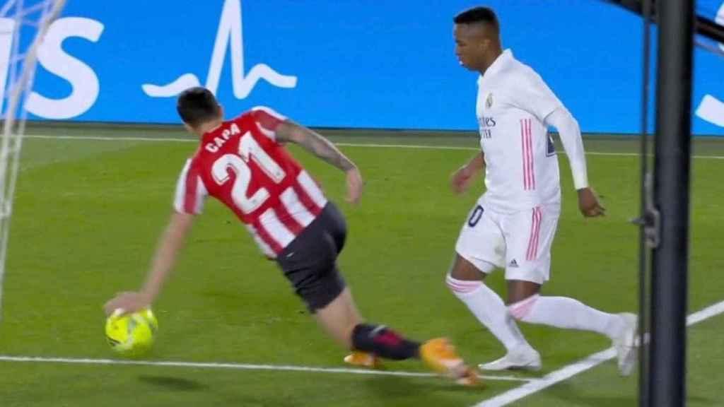 Vinicius pide mano de Ander Capa en el área del Athletic Club