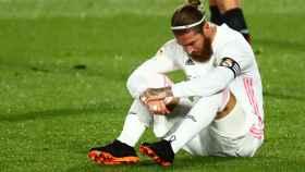 Sergio Ramos sentado en el césped