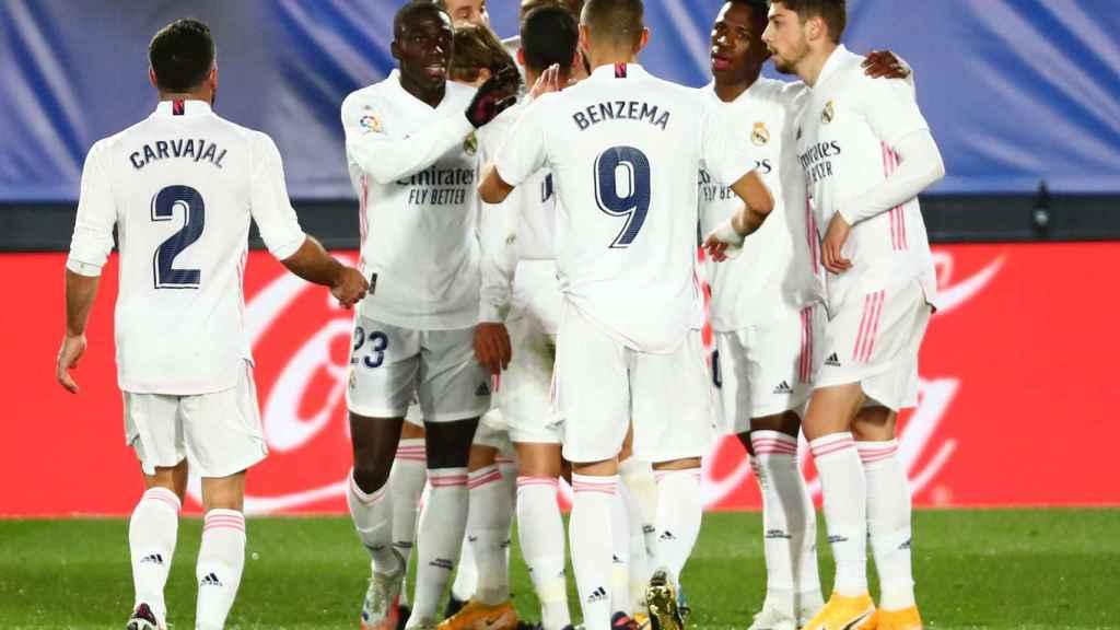 Los jugadores del Real Madrid felicitan a Kroos por su gol al Athletic Club