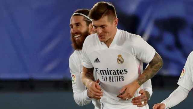 Sergio Ramos felicita a Toni Kroos por su gol en el Real Madrid - Athletic de La Liga