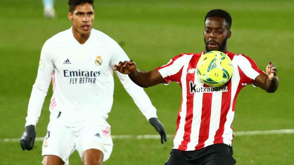 Varane ante Iñaki Williams, en el Real Madrid - Athletic de La Liga